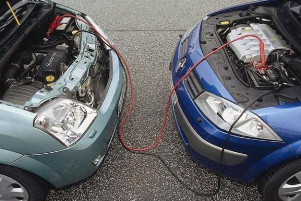 Можно ли прикурить машину при работающем двигателе?